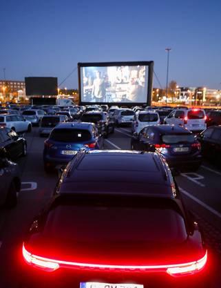 Plötzlich sind Autokinos wieder populär: Im deutschen Chemnitz wurde eine Parkfläche, die Platz für 230 Wagen bietet, mit einer grossen Leinwand zum Kino umfunktioniert.
