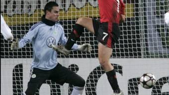 Michael Owen erzielt das 0:1 - Diego Benaglio im Wolfsburger Tor ohne Abwehrchance