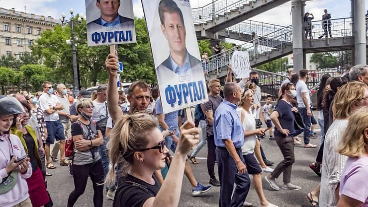 Fordern die Freilassung ihres des Mords verdächtigten Gouverneurs: Zehntausende demonstrieren in Chaborowsk für Sergej Furgal.