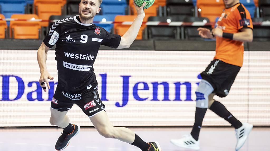 Simon Getzmann vom BSV Bern hat sich hier im Match gegen die Kadetten durchgesetzt