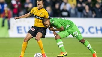 Gladbachs Djibril Sow (r.) im Zweikampf mit YB-Verteidiger Nicolas Bürgy während des Vergleichs der beiden Teams beim Uhrencup im vergangenen Juli.