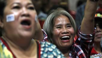 Verfrühte Freude? Anhängerinnen der Oppositionspartei Pheu Thai jubeln im Hauptquartier in Bangkok. Die Partei des Putschgenerals Chan-Ocha liegt vorne.