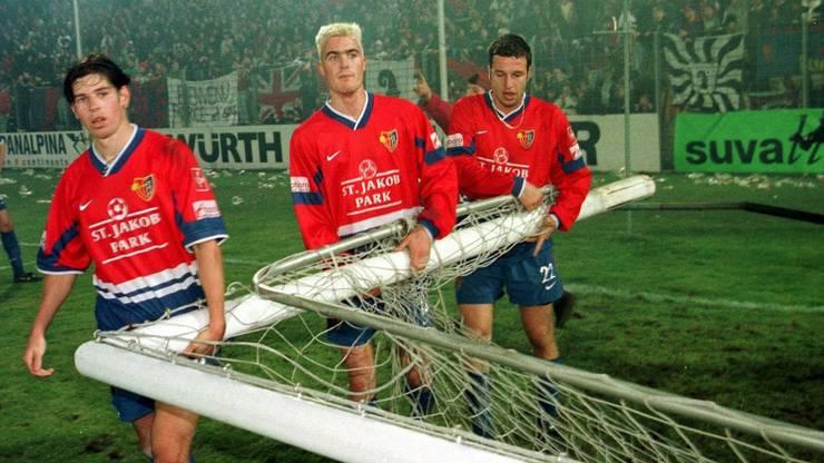 Die Basler Mario Frick, Marco Tschopp und Atilla Sahin (von links) helfen nach dem Schlusspfiff das Tor wegzuräumen.