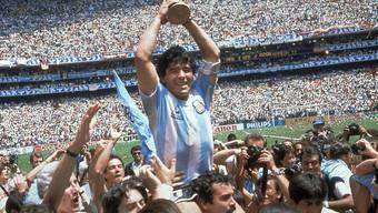 Diego Maradona 1986 mit dem Weltmeister-Pokal
