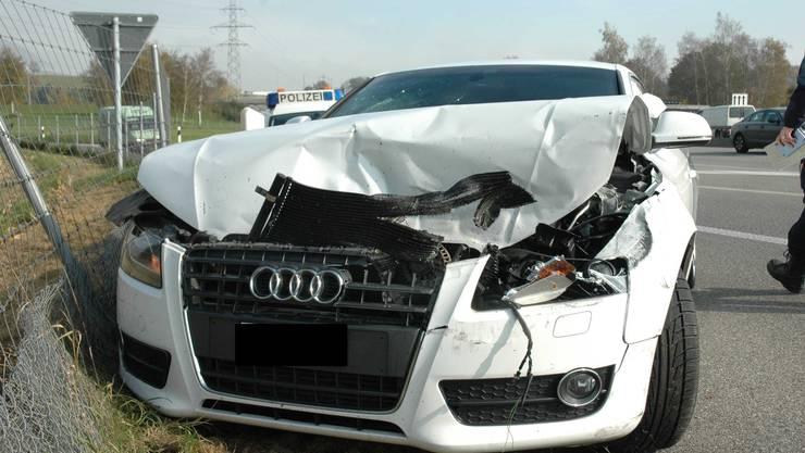 Der Unfallwagen auf der A1 bei Wiedlisbach