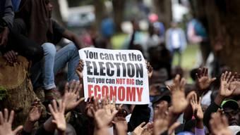 Die Demonstranten warfen Präsident Mnangagwa angesichts anhaltender Rekordarbeitslosigkeit, langer Schlangen an Tankstellen, teils leerer Supermarktregale und grosser Bargeldknappheit eine verfehlte Politik vor.
