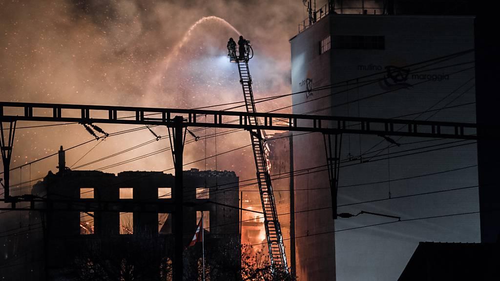 Am späten Montagnachmittag ging die Mühle von Maroggia am Luganersee in Flammen auf. Inzwischen ist der Brand unter Kontrolle.