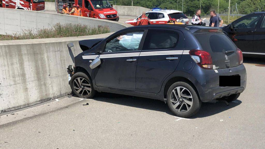 In einem Kreisel in Pratteln ist eine Autofahrerin am Freitag frontal in eine Mauer gekracht. Im Spital erlag sie ihren Verletzungen.