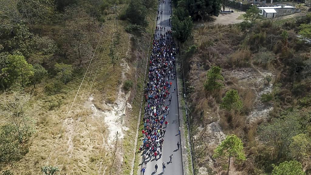 Über tausend Flüchtlinge aus Honduras haben die Grenze zu Guatemala durchbrochen.