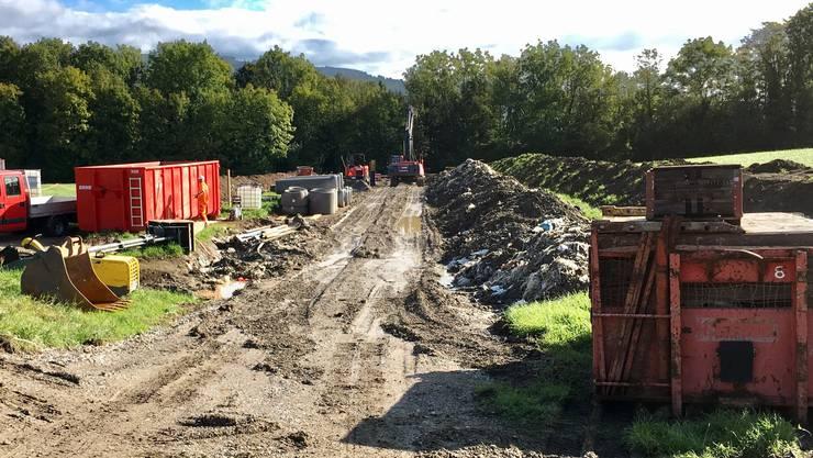 Die Abwasserzuleitung im Gebiet Zelgli in Fischbach-Göslikon wird saniert, wo sich früher eine Abfalldeponie befand.