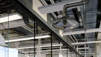 Die offene Deckenarchitektur macht die Leitungen sicht- und hörbar.