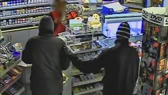 Der Täter erbeutete beim Überfall auf eine Tankstelle mehrere Tausend Franken. (Archivbild)