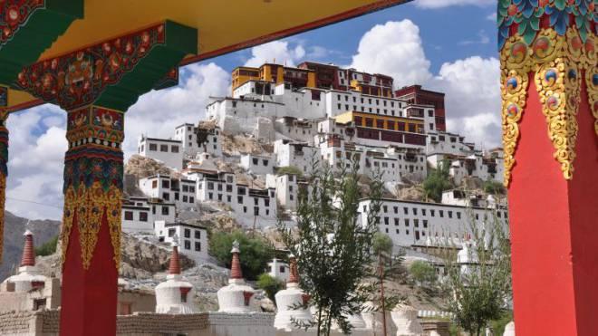 Das Thiksey-Kloster ist von den Gelbmützen-Mönchen bewohnt. Hier kann man einer morgendlichen Segnungs-Zeremonie in spezieller Atmosphäre beiwohnen. Foto: Susi Schildknecht