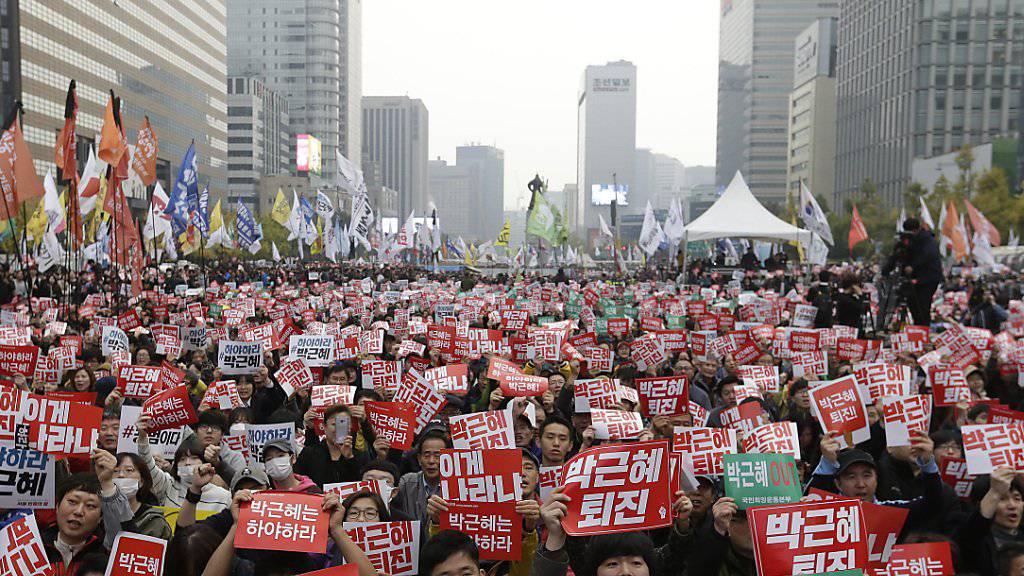 Zehntausende Südkoreaner fordern den Rücktritt ihrer Präsidentin.