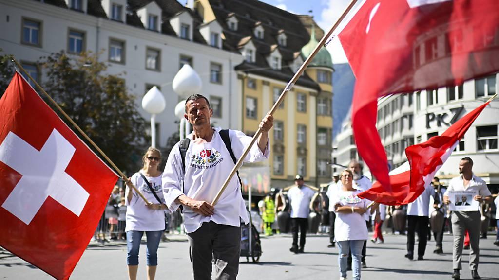 Grosse Menschenmenge demonstriert in Chur gegen Corona-Massnahmen