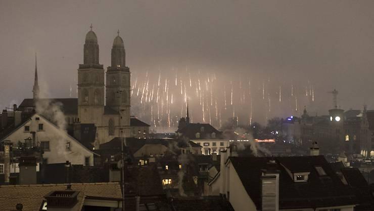 Nebel verdarb die Sicht auf das Silvesterfeuerwerk in Zürich; gefeiert wurde dennoch ausgelassen.