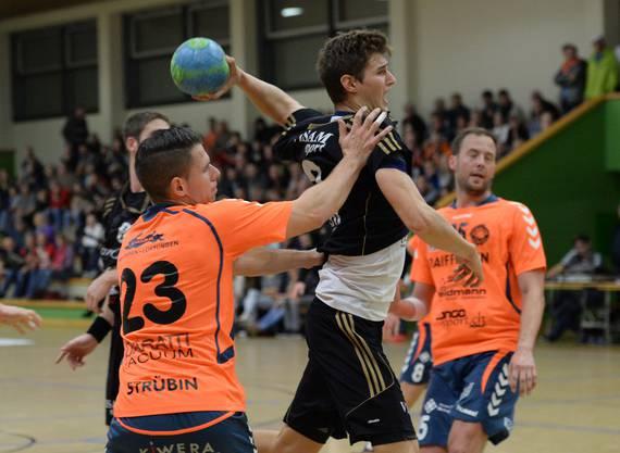 Der Birsfelder Luca Engler (r.) setzt sich  gegen Sandro Strübin (Möhlin) durch.
