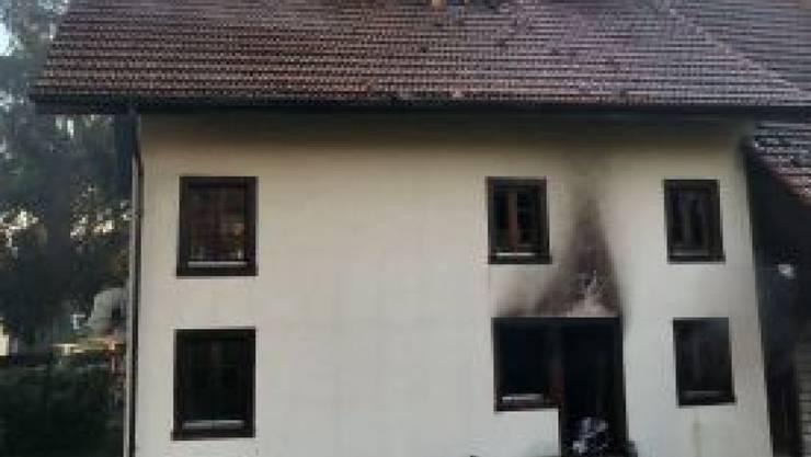 Bei einem Brand in einem Bauernhaus in Ottenbach ZH ist der Besitzer der Liegenschaft mittelschwer verletzt worden. (Bild: Kantonspolizei Zürich)