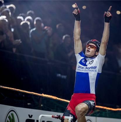 Der Schweizer Silvan Dillier feiert seinen Sieg im Americaine-Finale an den Sixday Nights Zuerich, am Samstag, 30. November 2013, im Hallenstadion Zuerich. (KEYSTONE/Gian Ehrenzeller)