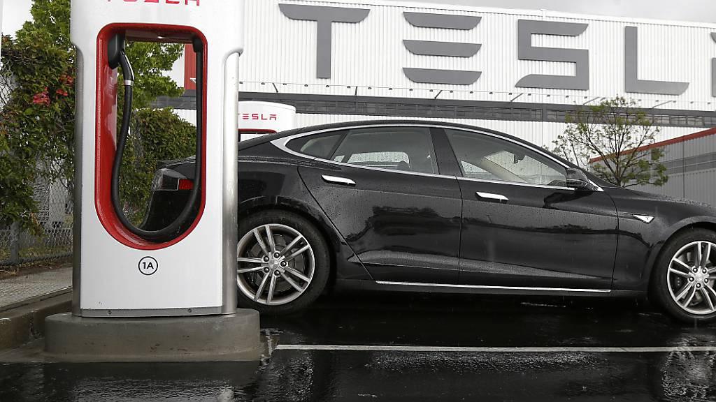 Der US-Elektroauto-Konzern Tesla lässt eine Klage gegen einen Bezirk in Kalifornien im Zusammenhang mit dem Coronavirus fallen. Der Richter hat daraufhin das Verfahren eingestellt. (Archivbild)