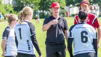 Trainer Dominik Gugerli gibt seinen Spielerinnen letzte Anweisungen vor dem Ernstkampf.