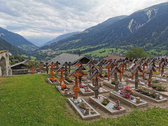 Ausblick vom Friedhof der Kirche Ernen ins Tal.