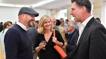 Initiator Marco Grob (rechts) mit Lars Boering, Generaldirektor der Organisation World Press Photo, und Magdalena Herrera, Bilddirektorin des französischen GEO-Magazins (von links), im Gespräch bei der gestrigen Vernissage der Pop-up-Ausstellung zum Photo Festival im Kunstmuseum. Bruno Kissling