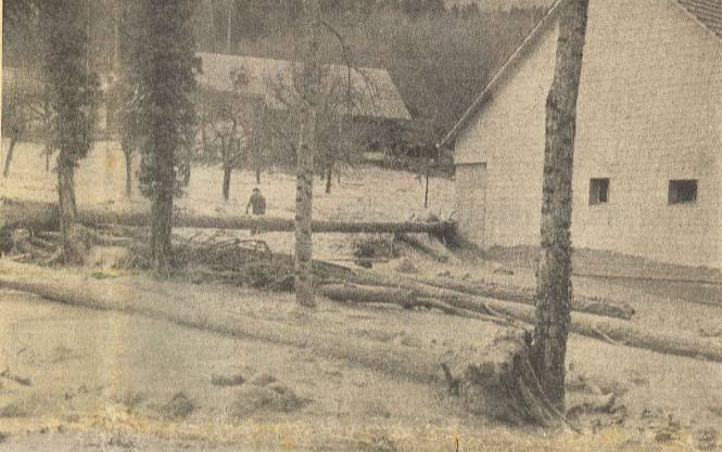 Chänelmoos, das von der Katastrophe am schwersten betroffene Gebiet. Man beachte im Vordergrund die grossen Eisenblöcke. Am Haus rechts sieht man die Spur des höchsten Standes der Schlammflut.
