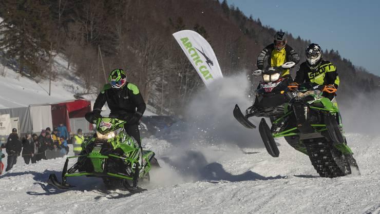 An den Schweizer Meisterschaften im Snowcross auf dem Binzberg kam es auch vor, dass ein Fahrer nach einem Sprung neben der Piste landete.