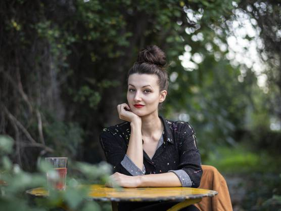 """Simone Lappert ist mit ihrem zweiten Roman """"Der Sprung"""" für den Schweizer Buchpreis nominiert. Dem Werk liegt die Frage nach Empathie mit dem Mitmenschen zugrunde; es beruht auf einer realen Begebenheit, die die Autorin nicht mehr losgelassen hat."""
