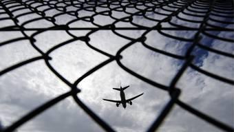 Ein Flugzeug beim Landeanflug auf den Flughafen Zürich-Kloten.