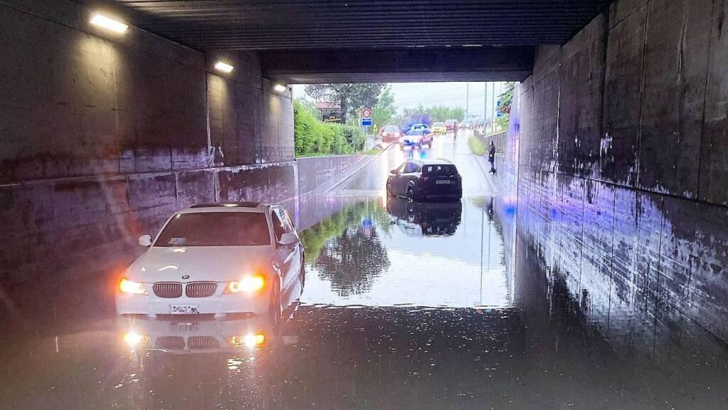 Zwei Autos blieben in der überschwemmten Unterführung in Bilten mit Motorschaden liegen.