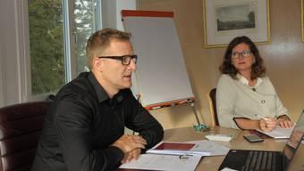 Gemeindeammann Arsè Perroud und Finanzministerin Ariane Gregor bei der Präsentation von Budget und Finanzplan.