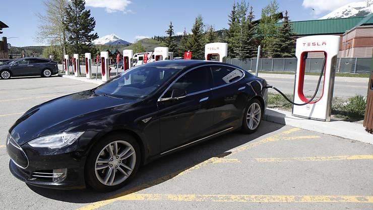 Tesla-Elektroauto des Typs Model S an einer Stromladestation. (Archivbild)