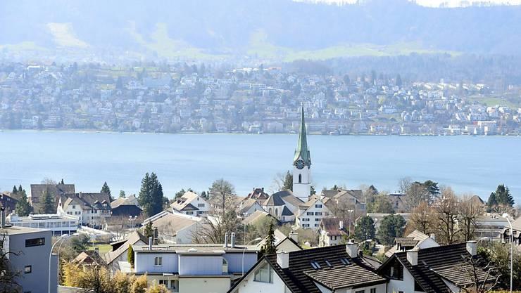Blick auf Zollikon an der Zürcher Goldküste: Die Gemeinde hat vom Kanton die Ausnahmebewilligung erhalten, eine Freiluft-Gemeindeversammlung durchzuführen.(Archivbild).