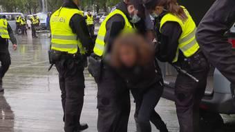 Am Samstag kurz nach dem Mittag versammelten sich mehrere Personen, um für ihre Grundrechte, wie die Meinungsfreiheit, zu demonstrieren. Aufgrund des Veranstaltungsverbotes vom Bundesrat musste die Polizei eingreifen.