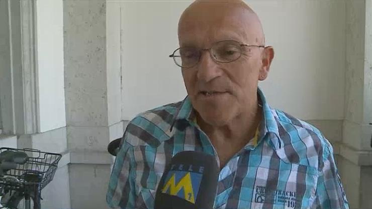 Paul Sahli gibt bei seine Gang vor das Versicherungsgericht ein Interview