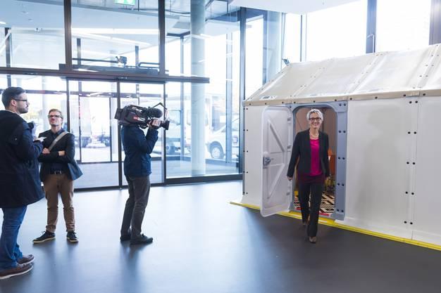 Susanne Hochuli verlässt eines der Ikea-Häuser.