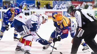 Topspieler beim Bully unter sich: Auston Matthews von den ZSC Lions (links) gegen den Davoser Perttu Lindgren