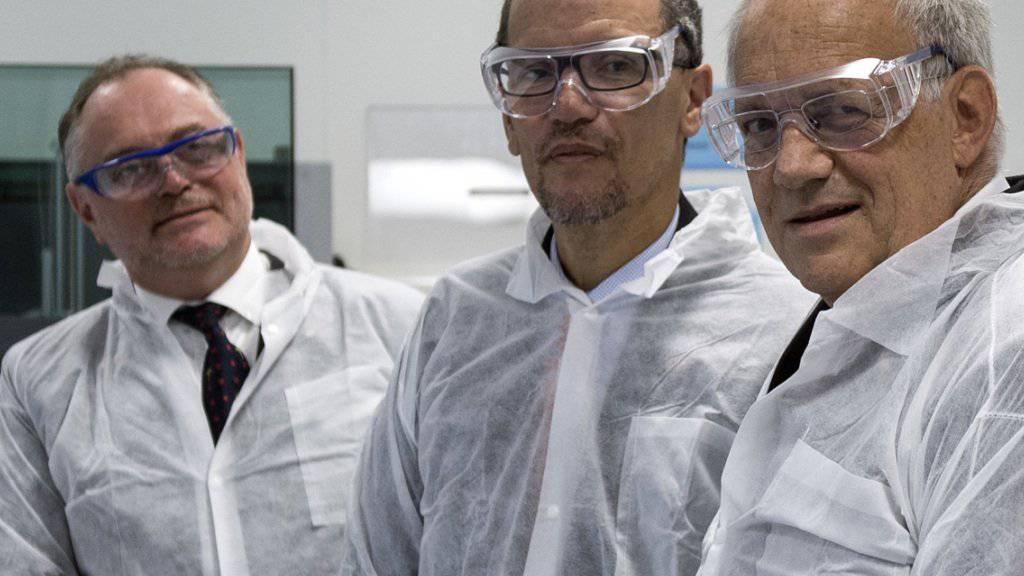 Bundesrat Schneider-Ammann (r) mit seinem Gast Thomas E. Perez (m) und CSL-Behring-Direktionspräsident Uwe E. Jocham (l) bei der Besichtigung des Lehrbetriebs