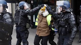 """Bei den Protesten der """"Gelbwesten"""" in Frankreich sind nach Angaben der Regierung mehr als 1700 Menschen festgenommen worden."""