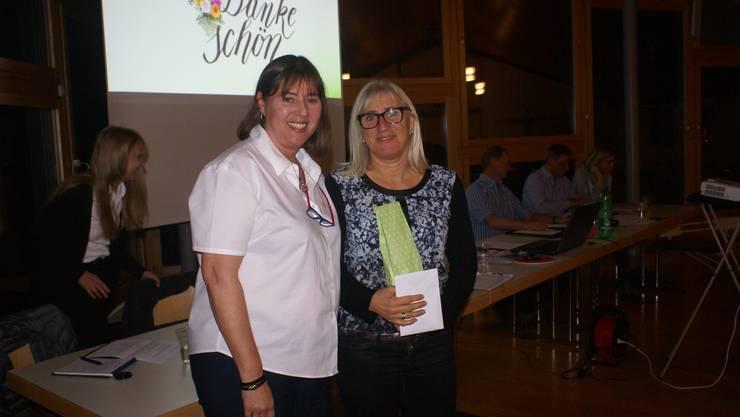 Vera Barritt dankt Magdalena Keller für die ausgezeichnete Organisation.
