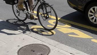 Am Donnerstag ist ein Fahrradlenker bei einem Überholmanöver gestürzt. (Symbolbild)
