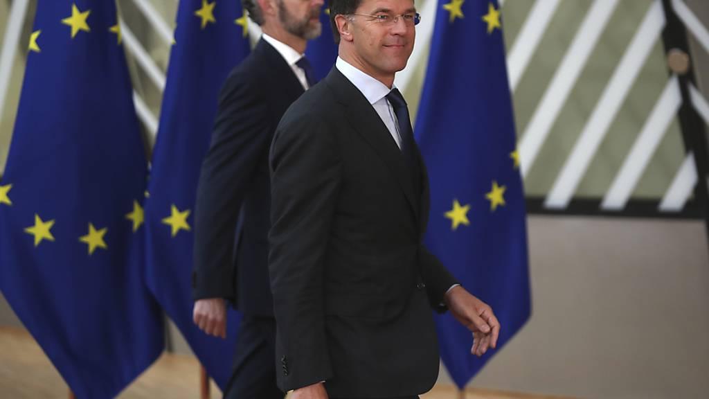 Der niederländische Premierminister Mark Rutte (r) trifft zum EU-Gipfel im Gebäude des Europäischen Rates ein. Foto: Francisco Seco/AP Pool/dpa