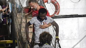 """Nach knapp dreiwöchiger Blockade auf dem Mittelmeer hat das Rettungsschiff """"Open Arms"""" mit mehr als 80 Migranten an Bord am 21. August im Hafen der italienischen Insel Lampedusa anlegen dürfen. (Archiv)"""