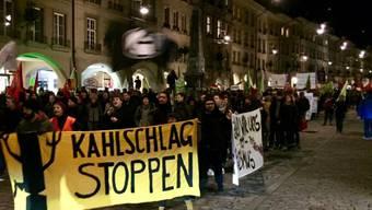 Rund 1000 Personen demonstrierten am Mittwochabend in Bern gegen Sparpläne der Berner Kantonsregierung.