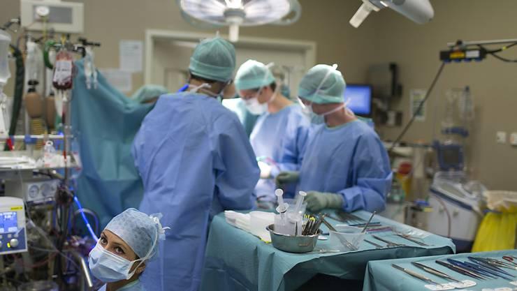 Gemäss dem Vorschlag von santésuisse erhielte ein Arzt einen fixen Preis für eine bestimmte Einzelbehandlung, unabhängig vom tatsächlichen Zeitaufwand. (Symbolbild)