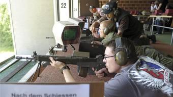 John Keller aus Neuseeland (im Vordergrund) schoss zum ersten Mal mit einem Sturmgewehr 90.