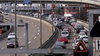 Vor dem Autobahn-Zoll in Weil am Rhein (D) staut sich der Verkehr.