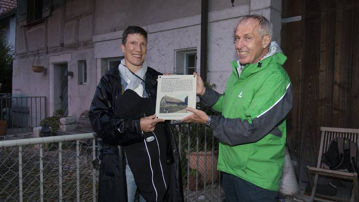 200 Jahre Lerchenhof: Martin Ast-Moser, Vizepräsident der historischen Kommission Biberist, übergibt die Info- und Gedenktafel an Hausbesitzerin Ellen Slegers.